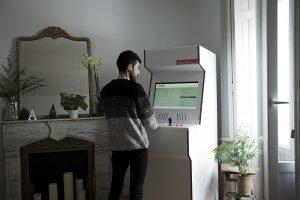 cardboard-arcade-cabinet-maquina-recreativa-carton-diseno-videojuego-retro-sostenible
