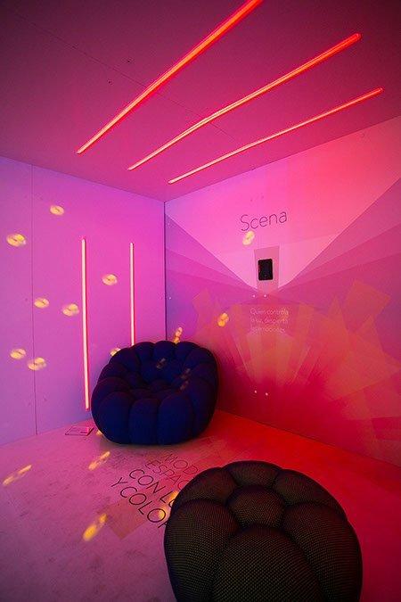 stand de carton tipo caseta con sistema de luz led integrado en las paredes