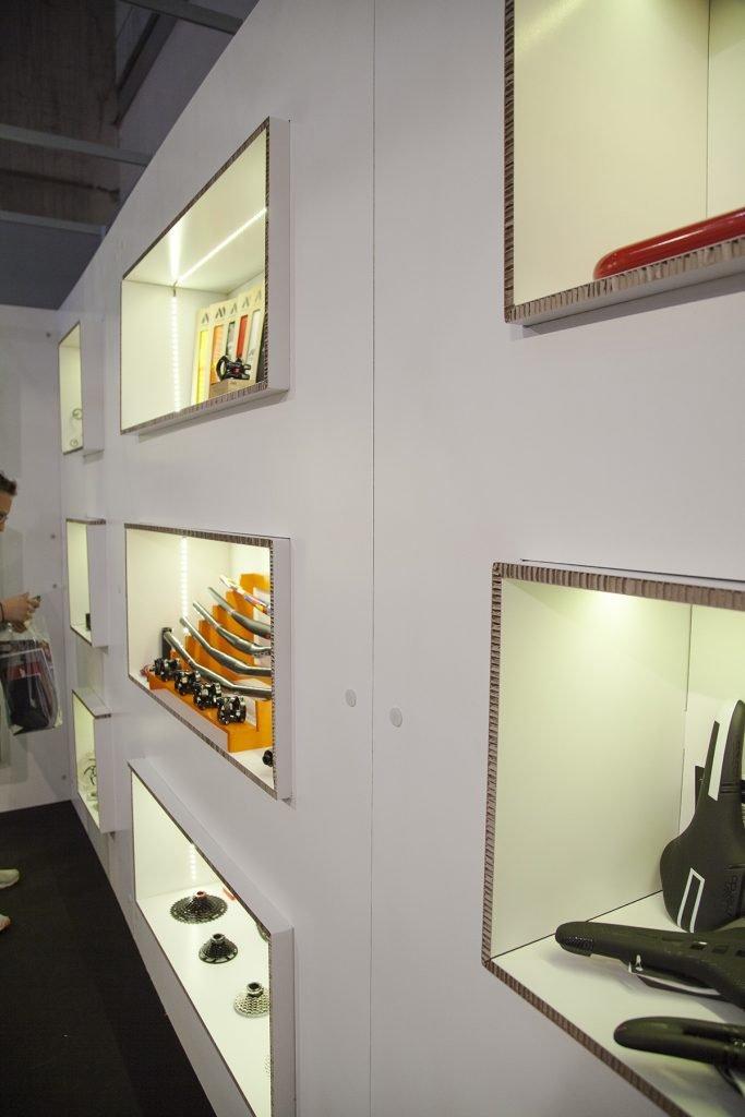 Cubos de estantería en pared de carton, stand en esquina para feria Unibike