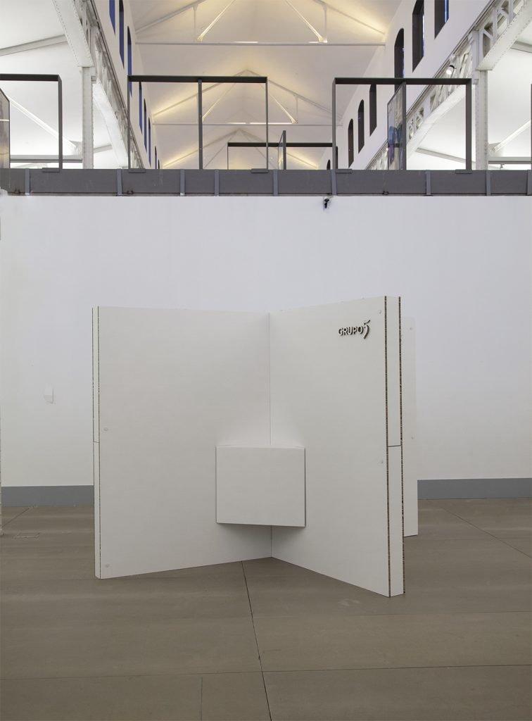 stand de cartón con paredes en cruz, se pueden reutilizar en varios eventos, diseño a medida