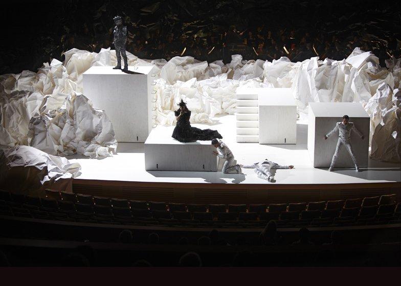Escenografía en papel diseñada por Frank Gehry.