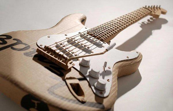 Guitarra eléctrica de cartón de Chris Gilmour. Fuente: www.chrisgilmour.com/index.php