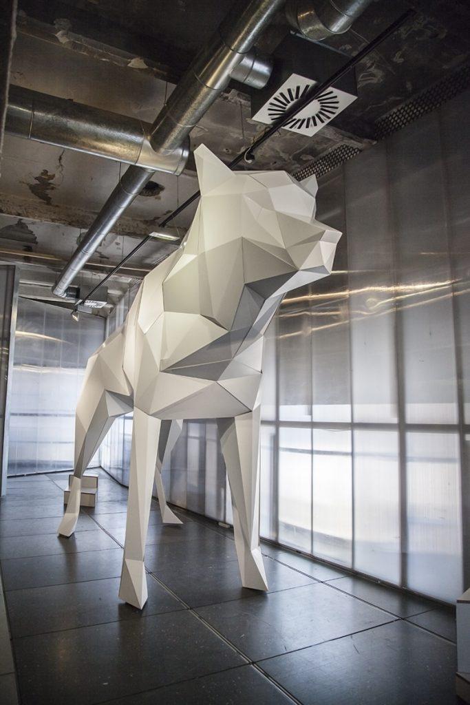 lobo de cartón gigante